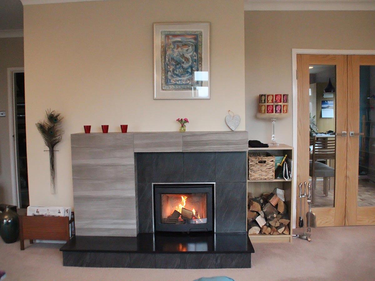 Contemporary fireplace with Contura i5