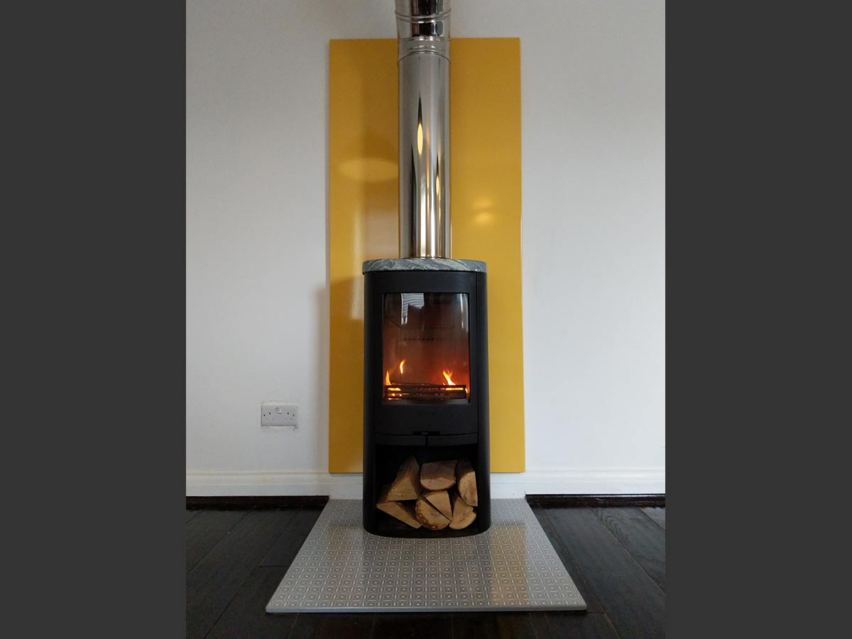 Wood stove with Vlaze enamel panel